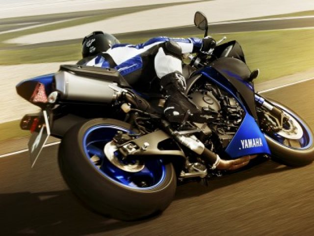 2014-yamaha-yzf-r1-eu-race-blu-action-002-400x300