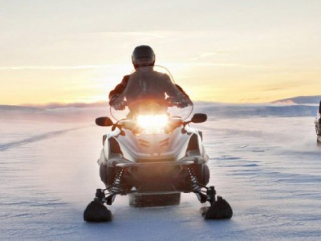 snowmobiles-rsviking-action-04-5834_0-400x300