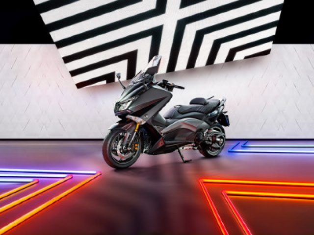 yamaha-TMAX-sport-advertisingphotography-vanroon-matthijs-400x300